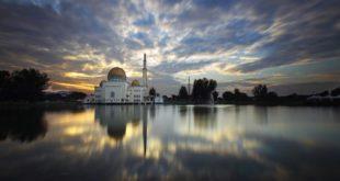 مساجد زیبا در مالزی که آب آن ها را احاطه کرده است
