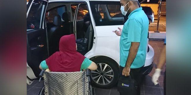یک زن مسن با ویلچر پس از اینکه تنها در کنار جاده در شاه علم پیدا شد ، تحت مراقبت قرار گرفت
